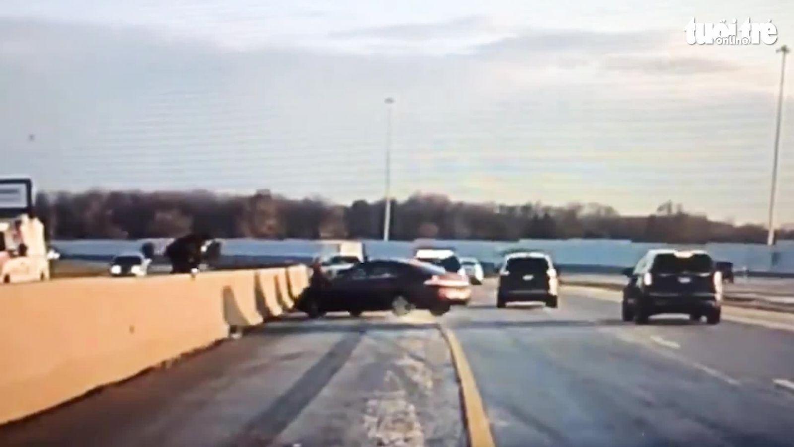 Cảnh sát leo lên con lươn tránh xe ôtô mất lái